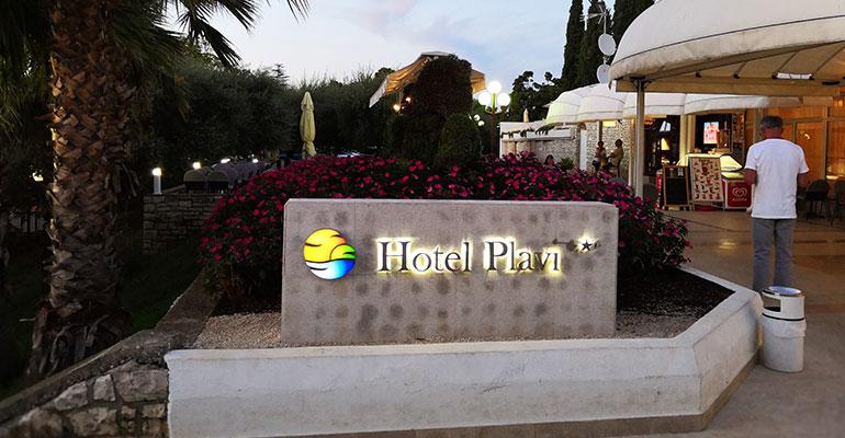 """Хорватия отдых. Отель """"Plavi 3*"""". На самом деле три звезды, две лампы просто не горят :-)"""