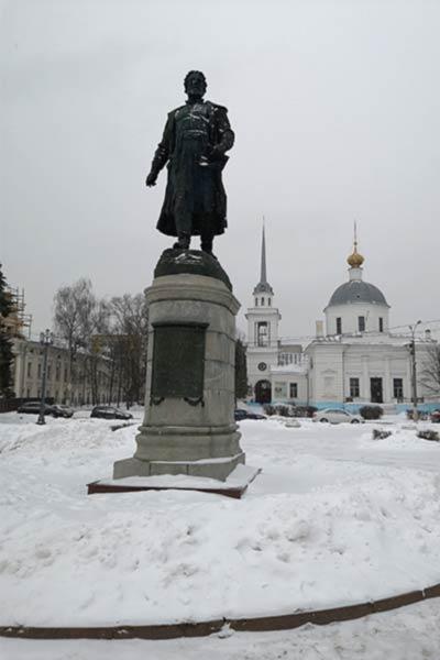 Памятник Афанасию Никитину. На заднем плане стоит Церковь Воскресения Христова