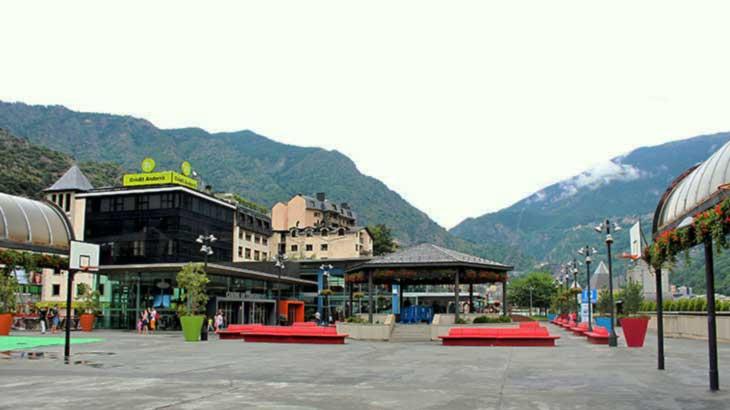 Андорра-ла-Велья. Прекрасные здания на фоне вечных, первозданных гор