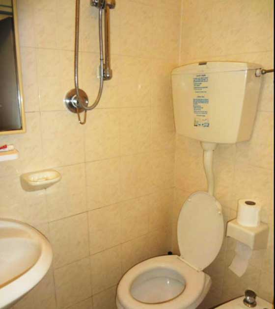 Отзыв об отдыхе в Римини отеле «Eliseo 3*. Санузел в реальности. Убирай туалетную бумагу принимая душ